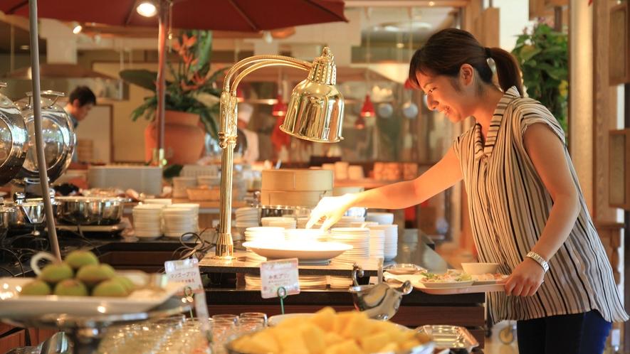 【Allday Dining AQARIUS/1階】昼・夜はスイーツもビュッフェ台に並びます