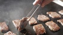 ディナービュッフェのライブクッキング「牛肉の鉄板焼(時期により、実演内容の変更アリ)