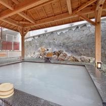 露天風呂の一つ「絹の湯」