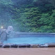 大露天風呂と新緑