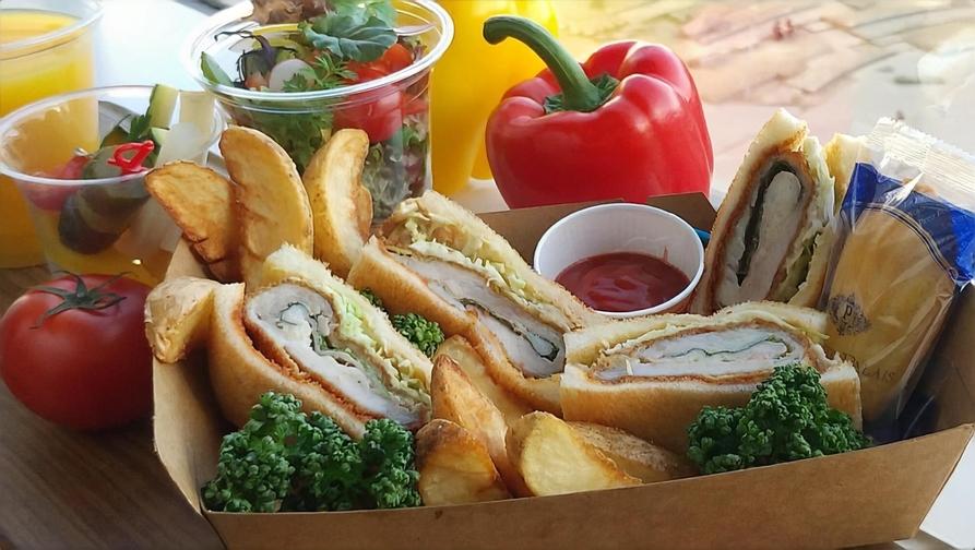 【お部屋で朝食】〜『白金豚』使用!チーズと大葉包みのカレー風味カツサンドBOX〜