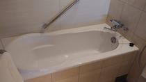 洗い場付バスルーム / 大きめのバスタブにお湯を溜めて、旅の疲れを癒してください
