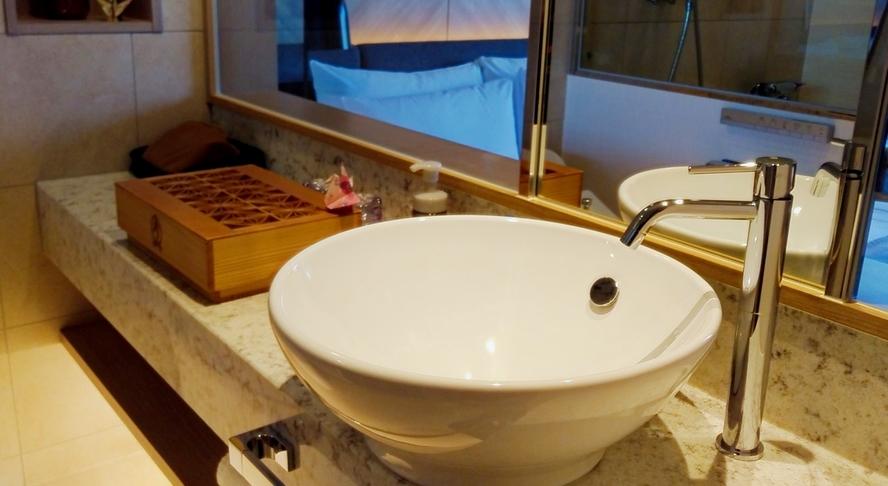 洗い場付バスルーム / 広々とした独立洗面カウンター