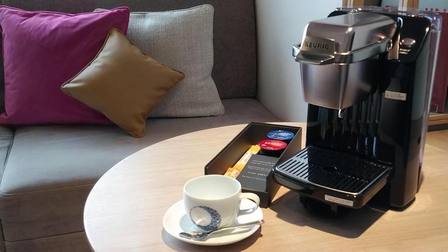 全客室にコーヒーマシンをご用意しております。伊万里焼のコーヒーカップでお召し上がりください