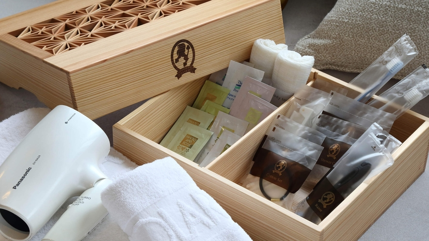 福岡県の特産工芸品「大川組子」の箱に入れたアメニティを全客室にご用意しています