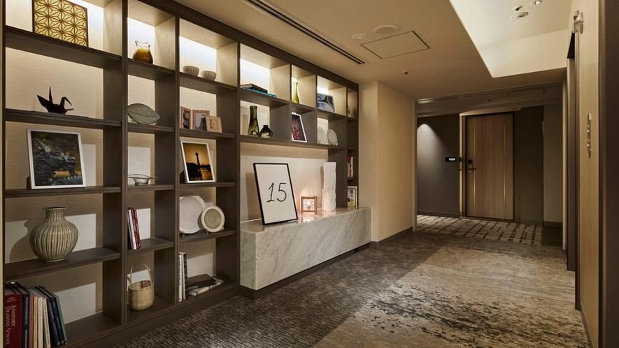客室階のエレベーターホール「小石原焼・八女和紙のオブジェを展示」