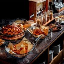 朝食 ブッフェ「自家製ジャムや濃厚なチーズを添えてお召し上がりください。」