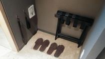 大きめのクローゼットの中には、使い捨てスリッパ、靴ベラ、バゲッジラックなどをご用意しております