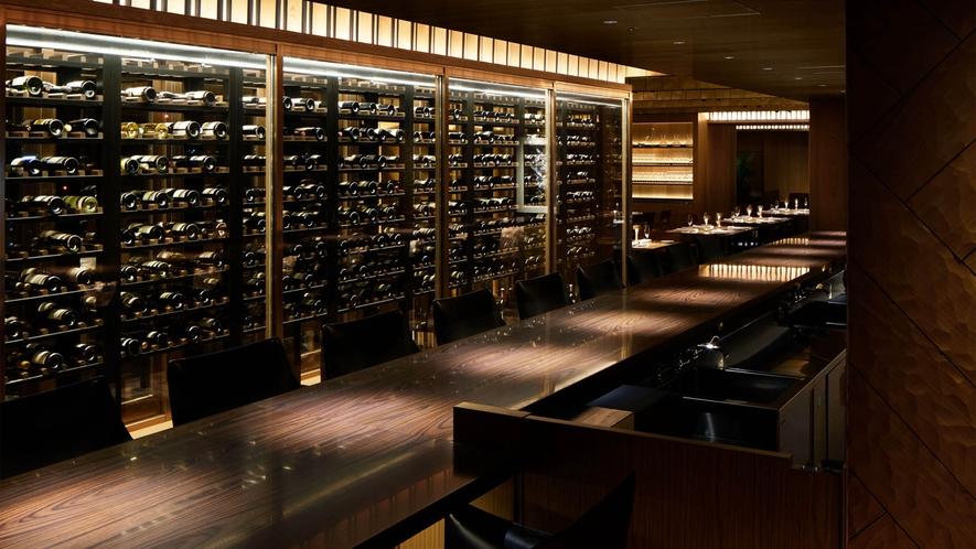バー「トランスブルー」ストック数界隈トップクラス。国内はもちろん世界各国のワインも取り揃えています。