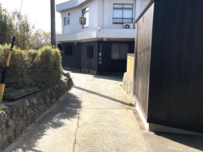 幸洋荘入口前道路です。大変狭いので両端の壁と石垣に気をつけてゆっくり進入して下さい。