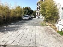 細い道を抜けるとそこは…駐車場です。奥もありますので空いてるところにお停め下さい。