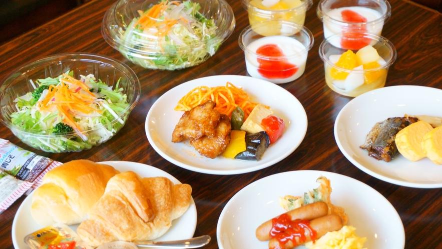 【朝食バイキング】 定番メニューの他に、豊富な料理が日替わりで並びます。