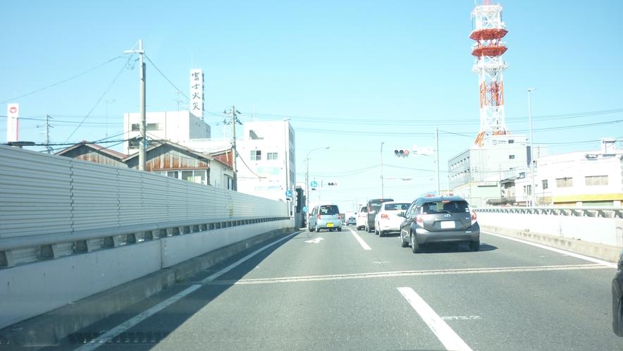「国道45号線を岩手方面から②」:上ったところで1つ目の信号を左折です。
