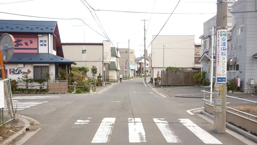 「本八戸駅から徒歩⑥」:信号のある交差点まで、7、8分ほどまっすぐお進み下さい。