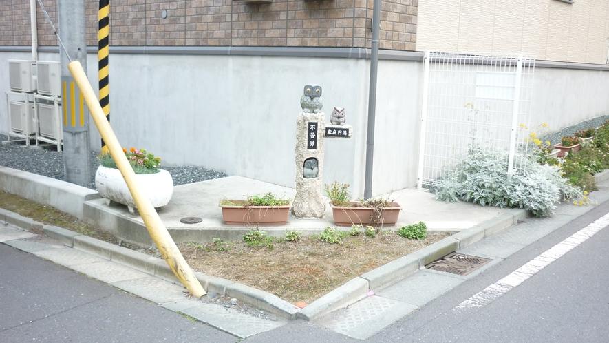 「三社大祭裏口③」:左の角にふくろう(不苦労)の像があります。 左折です。