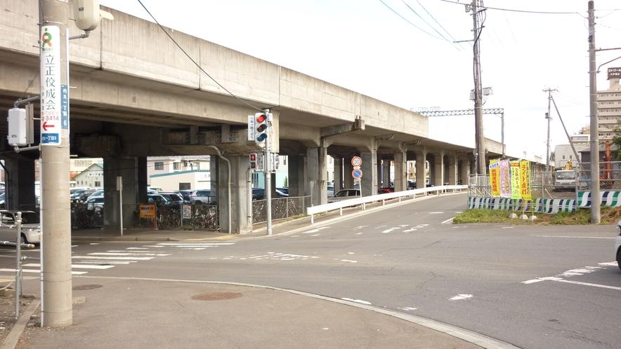 「本八戸駅から徒歩④」:高架橋の下はくぐらずに、右にお進み下さい。