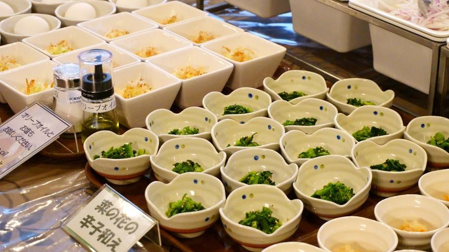 【朝食バイキング】 温泉玉子や季節の一品などを、小鉢でご用意しております。