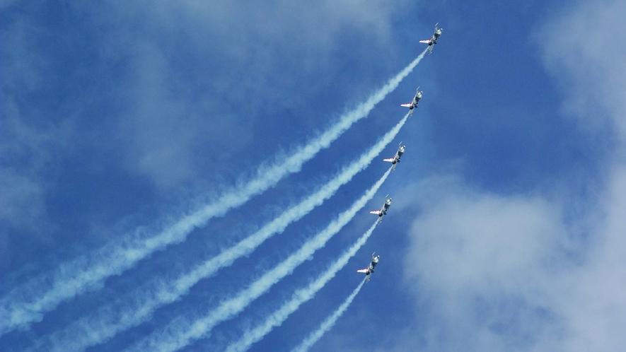 【三沢基地航空祭】 「ブルーインパルス」などの航空ショーが最大の見所です。