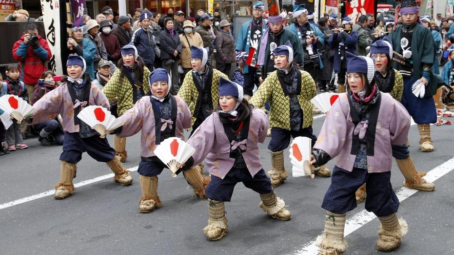 【八戸えんぶり】 太夫の舞の合間には、可愛らしい子供達による数々の「祝福芸」が披露されます。