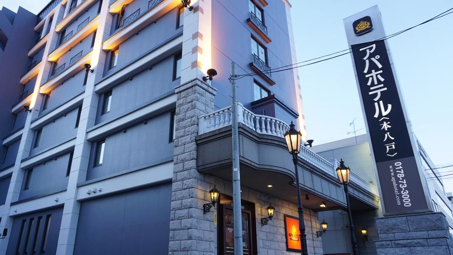 【ホテル外観/夕方】 中心街側から見たホテルの外観です。