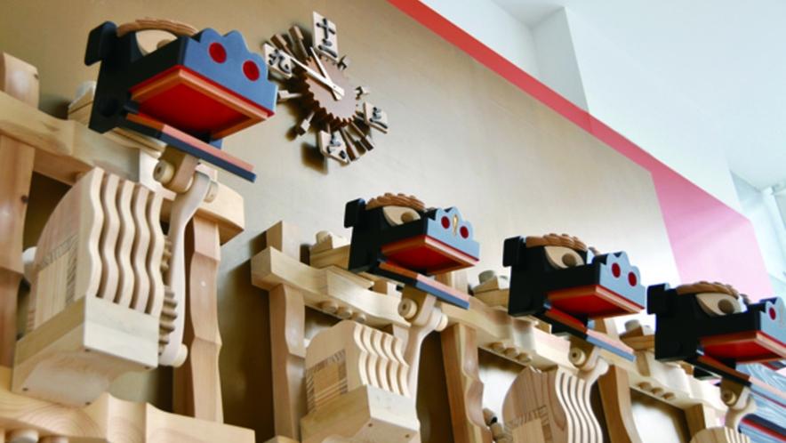 【八戸ポータルミュージアムはっち】 徒歩約6分 1階広場にある「法霊神楽のからくり時計」です。