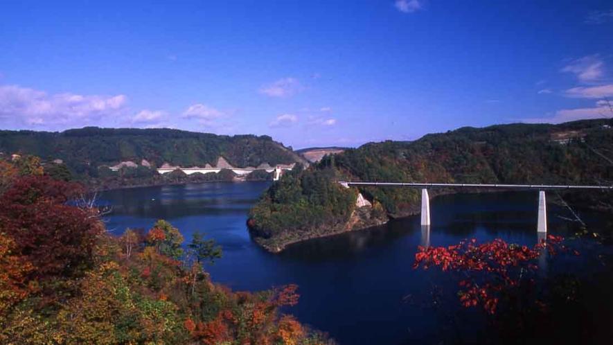 【青葉湖】 車で約30分 世増(よまさり)ダムの建設によりできたダム湖で、多彩な景観を楽しめます。