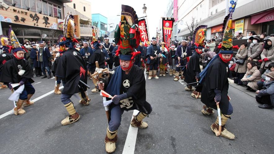 【八戸えんぶり】 17日午前に中心街で行われる「一斉摺り」は、祭りの最大の見所の一つです。