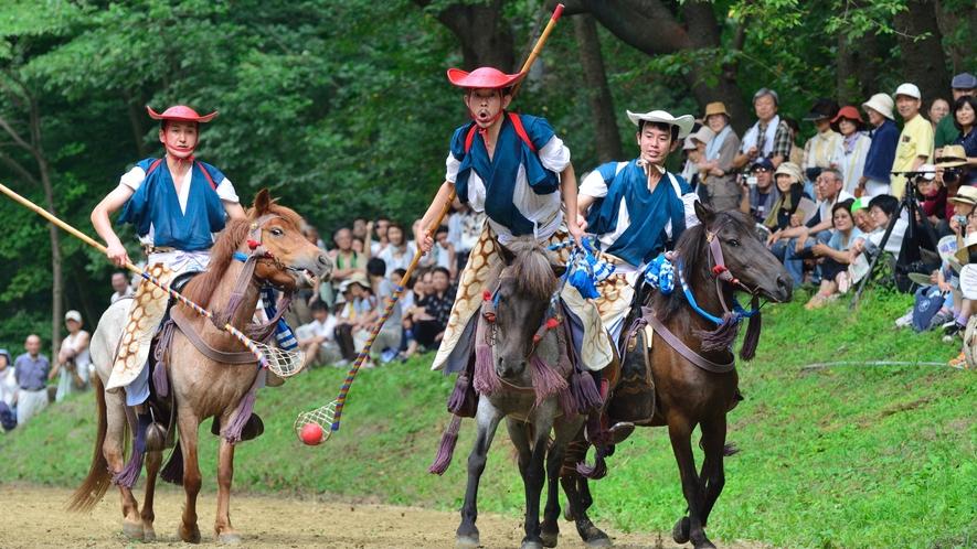 【加賀美流騎馬打毬】 8月2日に「長者山新羅神社」の境内で行われる古式馬術です。