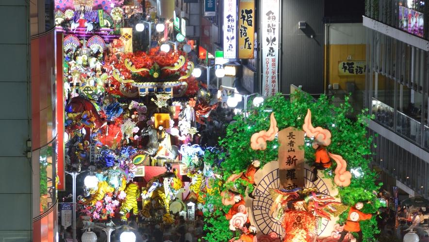 【八戸三社大祭】 「7月31日:前夜祭」では、中心街と市庁前広場に山車が並びます。
