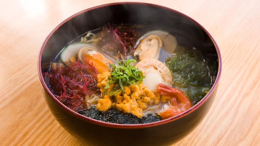【磯ラーメン】 種差海岸の食堂などで食べることができる八戸名物の一つです。