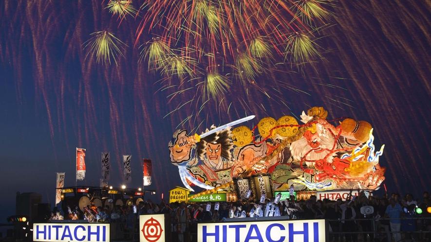 【青森ねぶた「海上運行」】 8月7日の「海上運行」では、花火と共に祭りのフィナーレを飾ります。