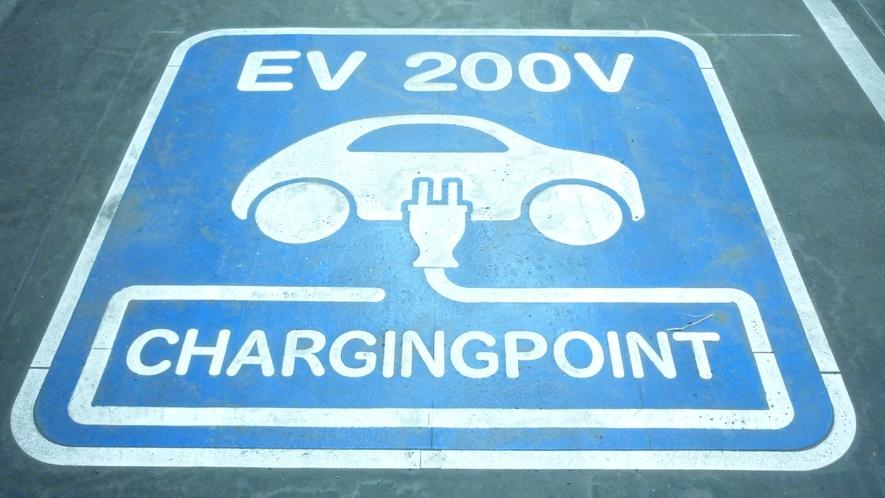 【EV用普通充電器】 駐車場内に2台設置しております。 先着順で予約は承っておりません。