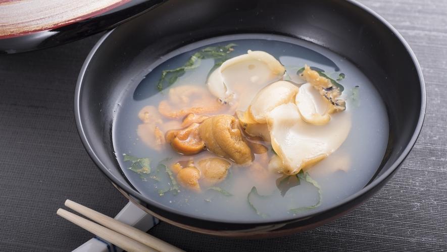 【いちご煮】 うにやアワビを使用した潮汁です。 お土産用の「缶詰」もございます。