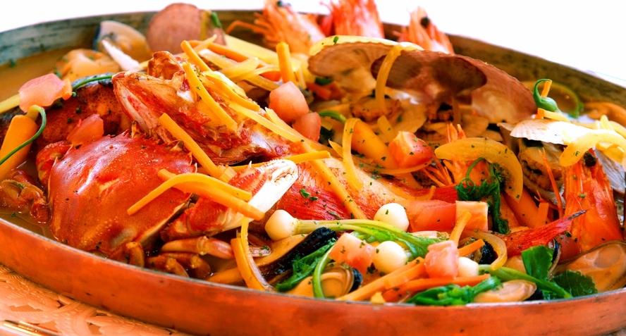 【八戸ブイヤベースフェスタ】 毎年2月から3月に、市内複数のレストランで開催されます。