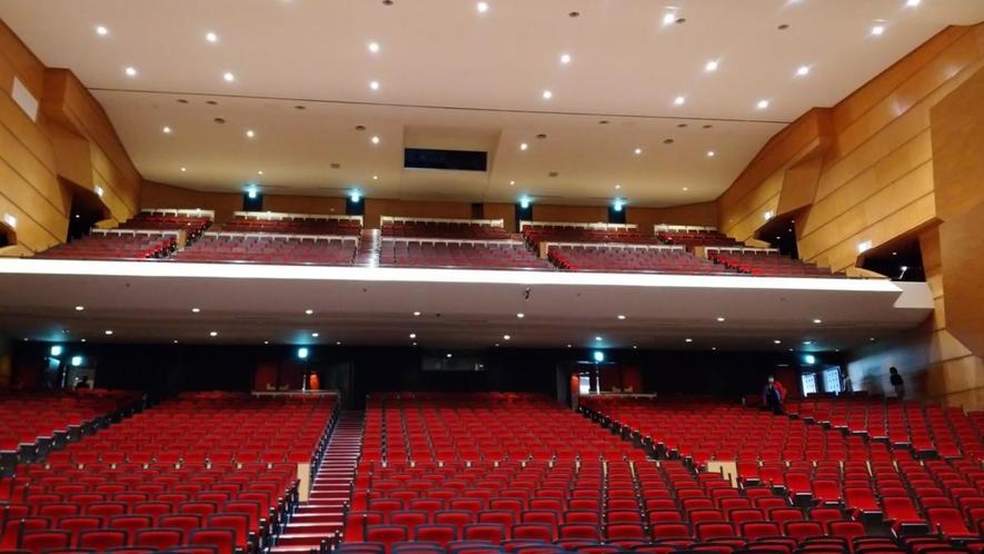 【八戸市公会堂内観】大ホ-ルの収容人数は固定席1,532席(移動席76席を含む)、 車椅子席10席