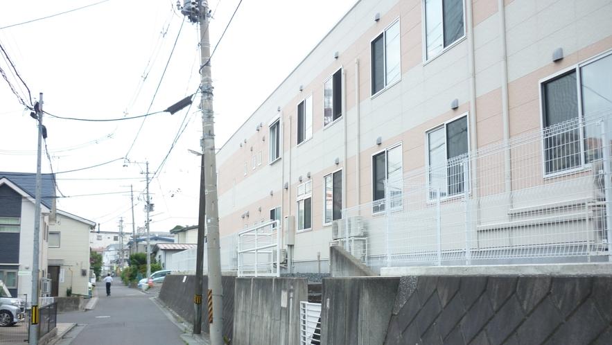 「三社大祭裏口⑤」:右側に「セリシール八戸」という大きな介護施設があります。