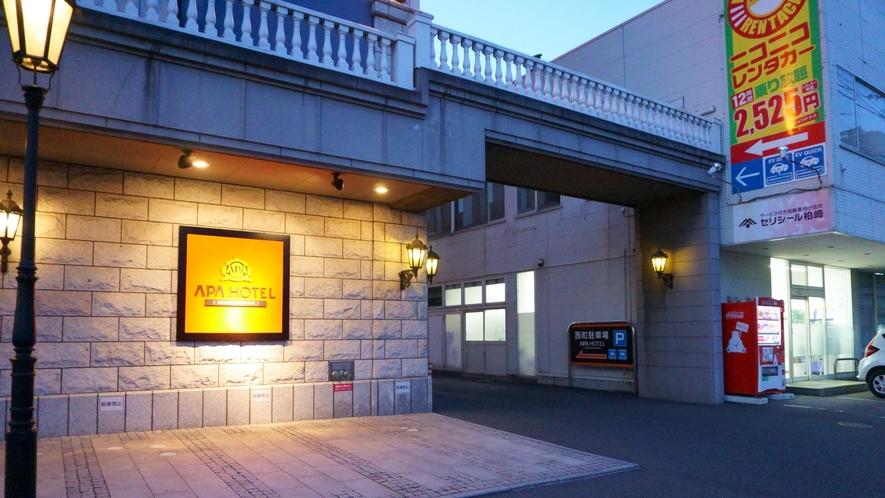 【駐車場入り口】 ホテルの正面に向かって、右側の通路を奥にお進みください。