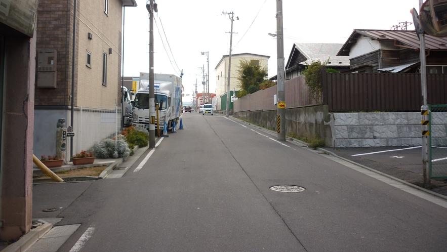 「三社大祭裏口②」:この細い道を左折です。