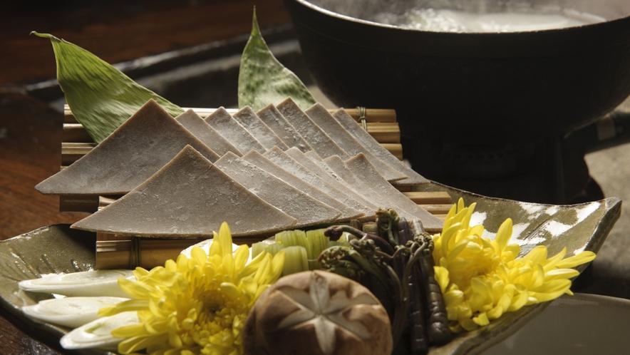 【そばかっけ】 そばや小麦の生地を湯がき、ねぎ味噌やにんにく味噌をつけて食べる郷土料理です。