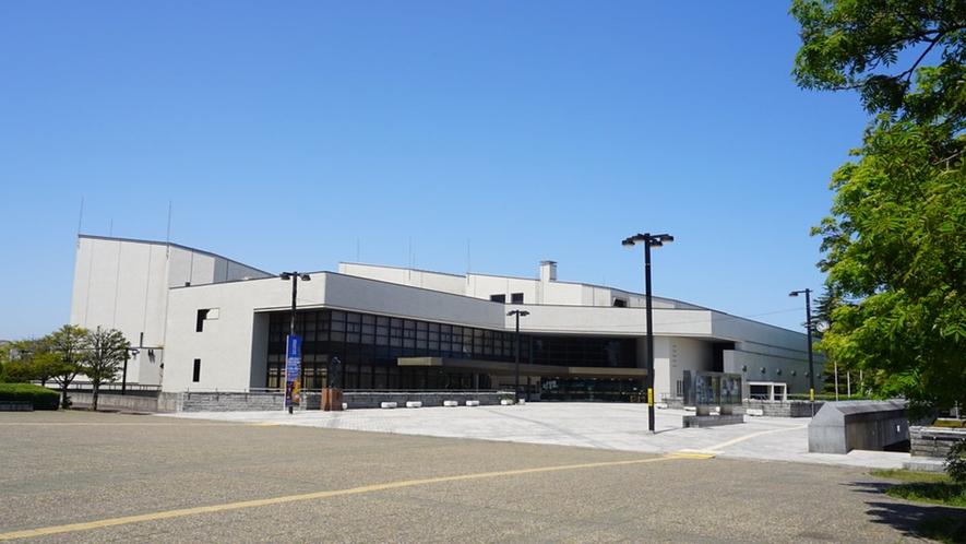 【八戸市公会堂外観】年間を通してさまざまなコンサート・ライブ・講演などが行われます。