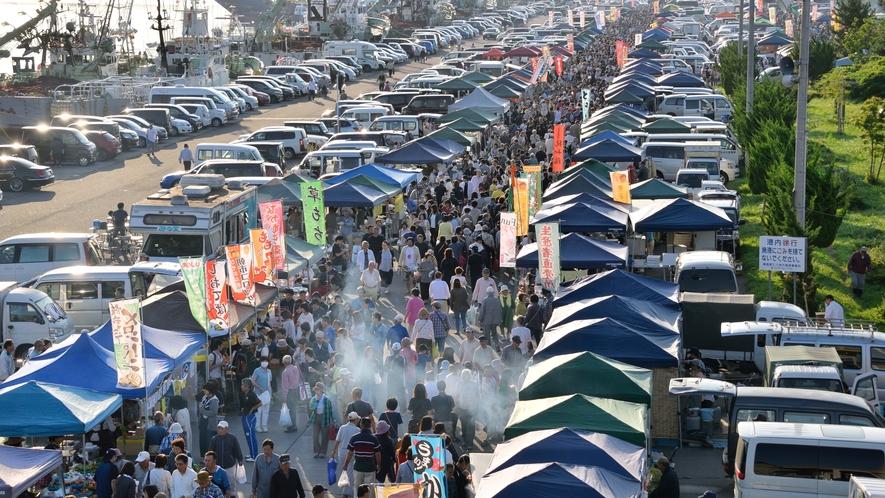 【八戸館鼻岸壁日曜朝市/毎年3月中旬~12月】 約800m程の間に300もの店が並ぶ、巨大朝市です。