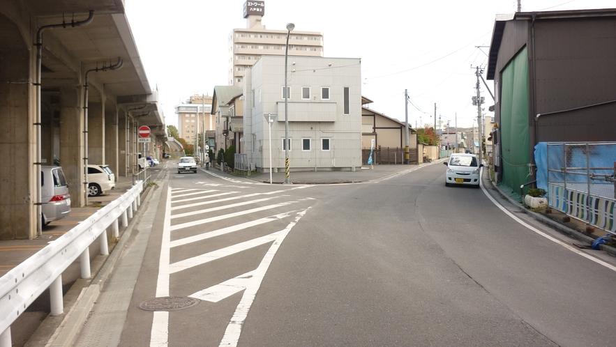 「本八戸駅から徒歩⑤」:少し進みますと、Y字路が出て参りますので、右にお進み下さい。