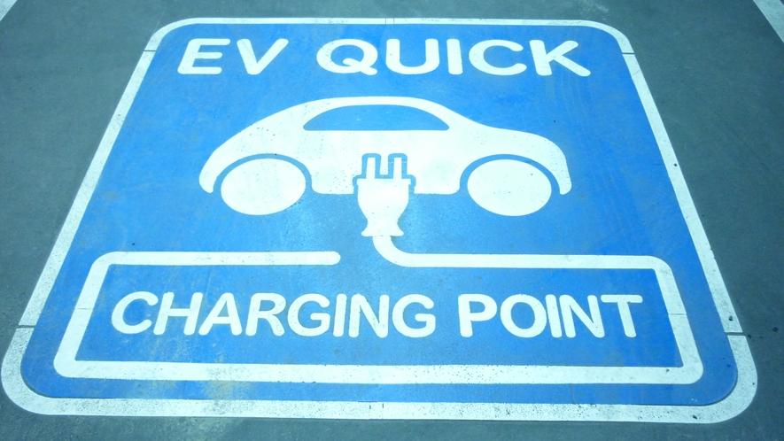 【EV用急速充電器】 駐車場内に1台設置しております。 先着順で予約は承っておりません。
