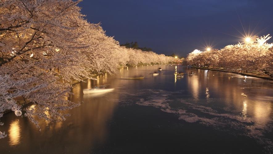 【弘前さくらまつり】 夜の桜はライトアップされ、お堀に映る「逆さ桜」は幻想的です。
