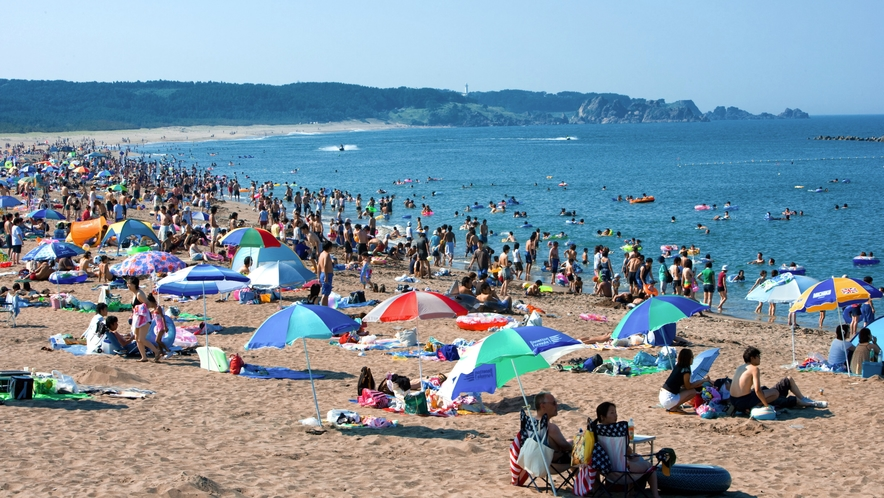 【種差海岸「白浜海水浴場」】 車で約20分 遊泳可能な砂浜です。