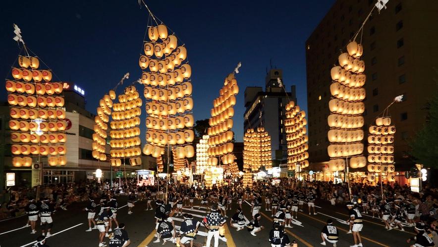 【秋田・竿灯まつり】「青森ねぶた祭」「仙台七夕まつり」と並ぶ東北三大祭りのひとつ。