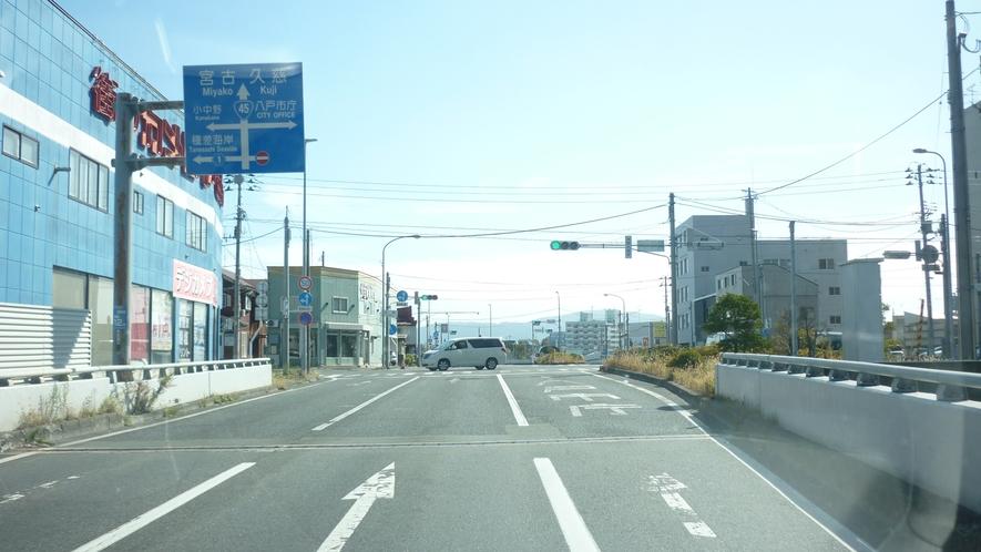 「国道45号線を青森方面から④」:上ったところで右車線へ。 1つ目の信号は直進です。