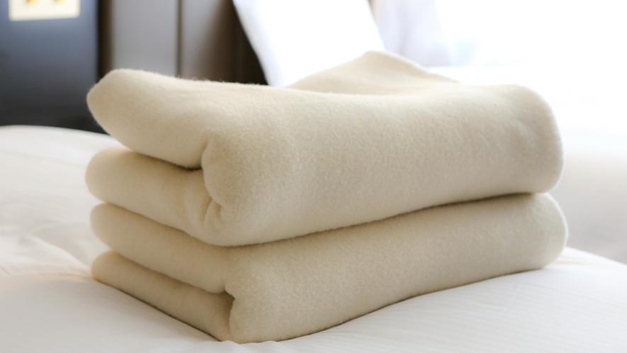 【毛布】 フロントにて貸し出しております。 冬季は全室にお入れいたします。