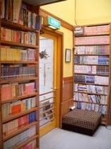玄関横の本棚