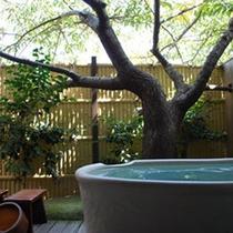 *露天付客室【木漏れ日】河津桜の季節にはお花見露天をお楽しみいただけます。